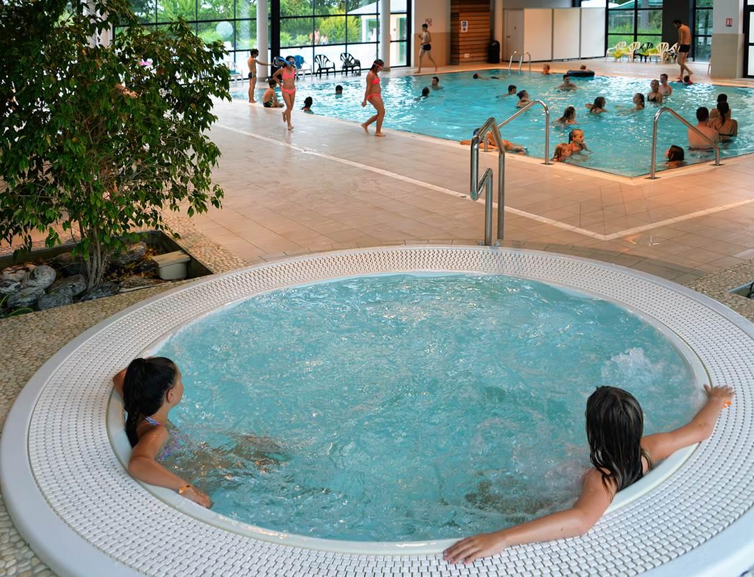 Jacuzzi dans la piscine couverte chauffée