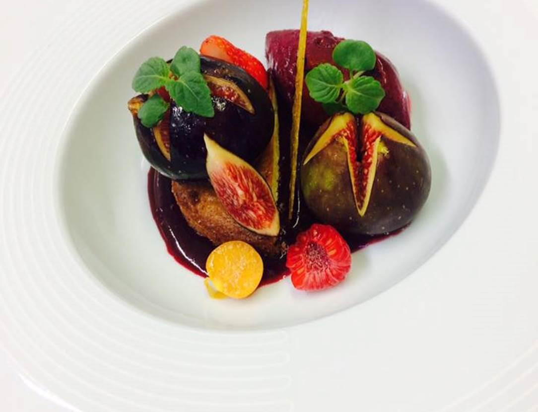 Figues rôties au miel de fleurs, sablé breton et sorbet cassis