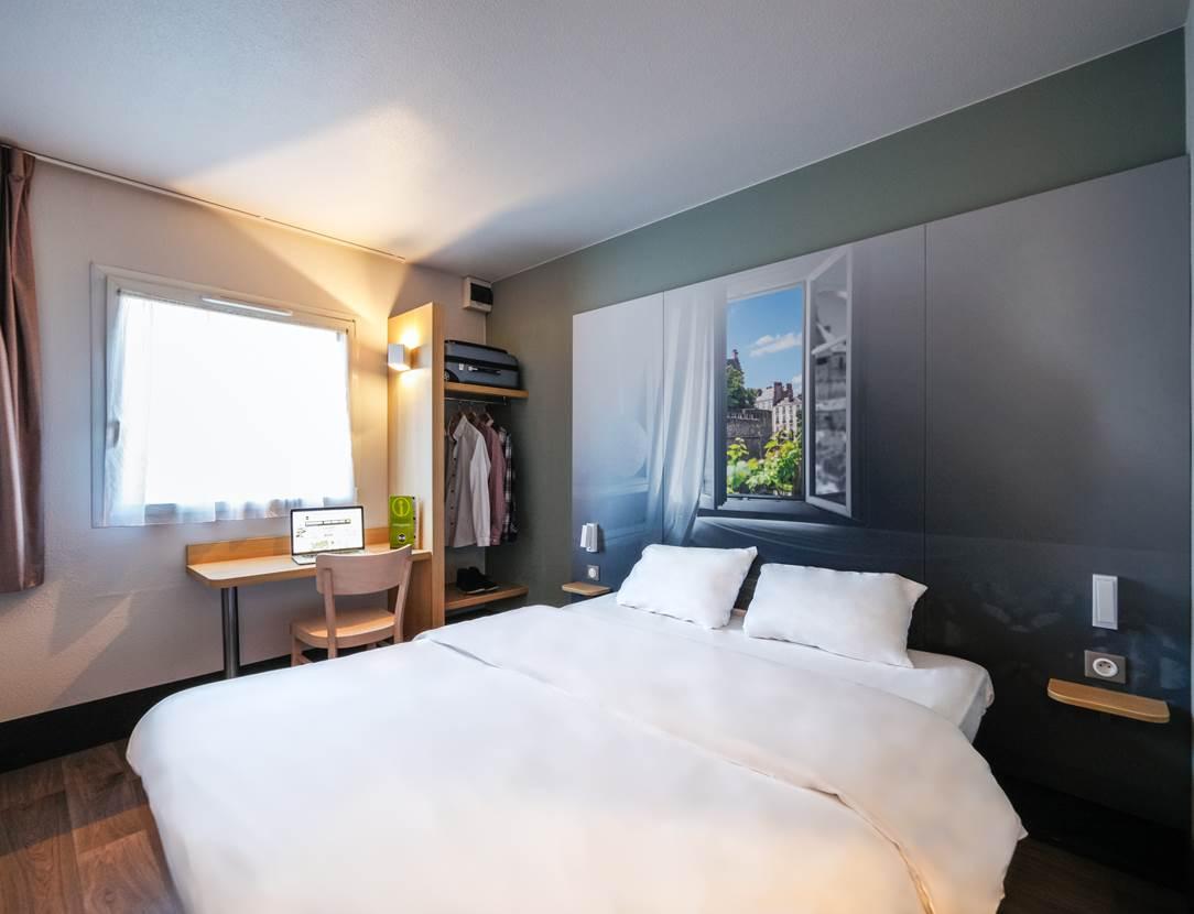 hotel bb vannes ouest golfe du morbihan_chambre grand lit_chambre climatisée_chambre vue jardin vannes