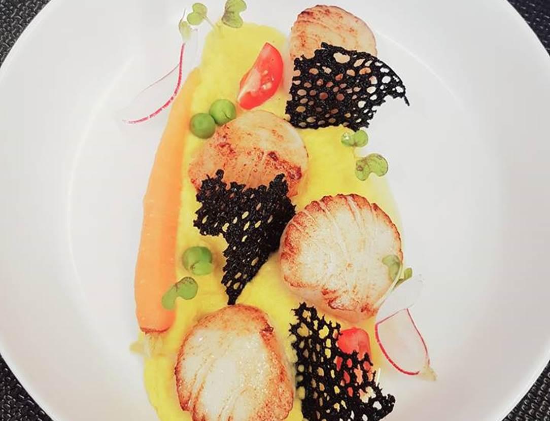 Noix de Saint Jacqus poêlées, mousseline de carottes jaune, dentelle à l'encre de seiche