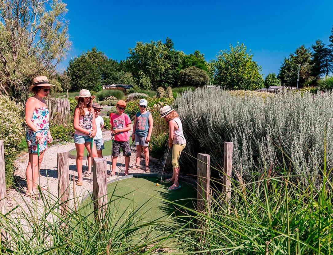 Le mini-golf , une activité pour toute la famille