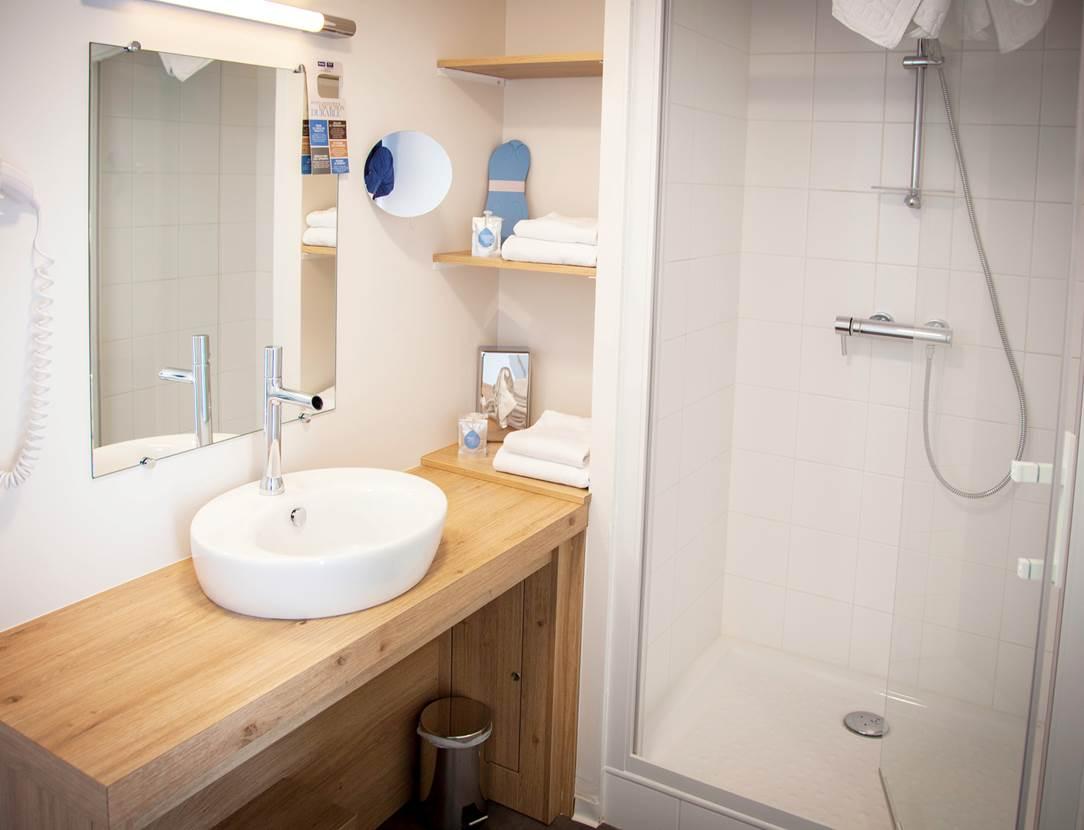 Salle de bain hôtel Kyriad Vannes
