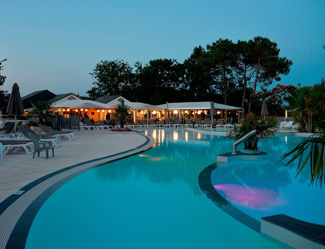 Le restaurant au bord de la piscine à Mané Guernehué