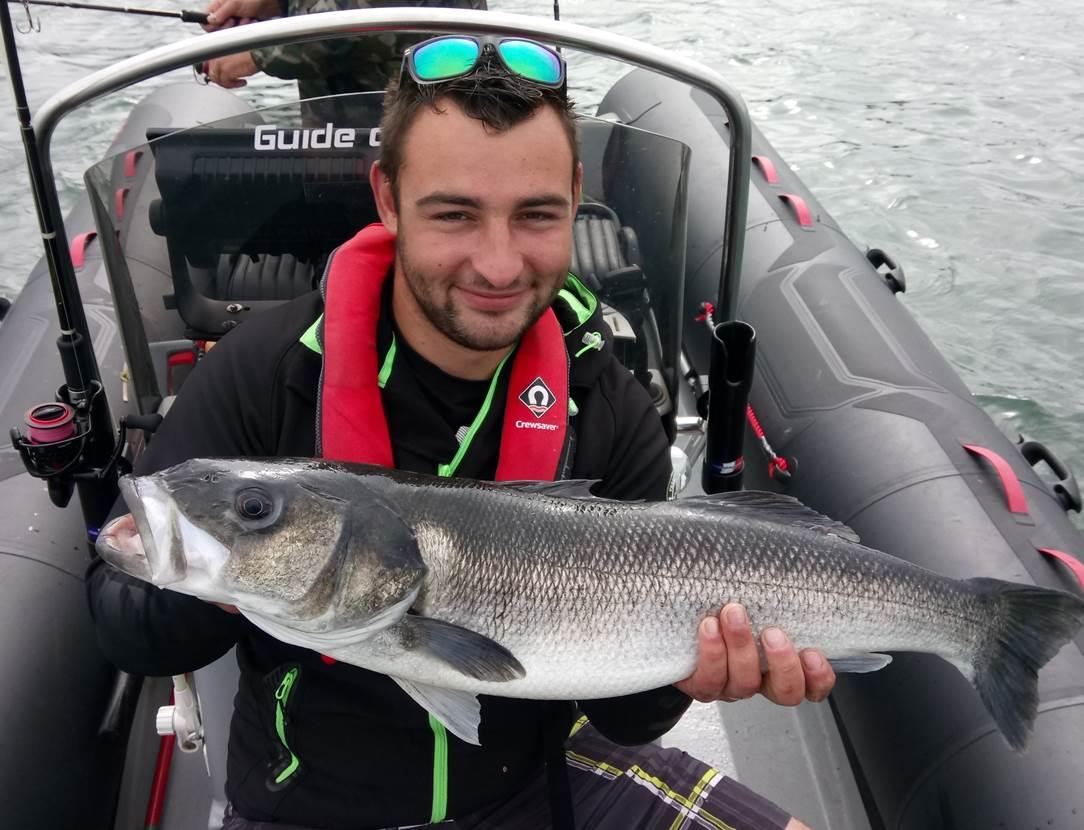 Record de l'année pour Pierre avec un superbe bar de 83cm, prit dans 2 mètres d'eau au leurre de surface ! La pêche réserve parfoit de belle surprise !