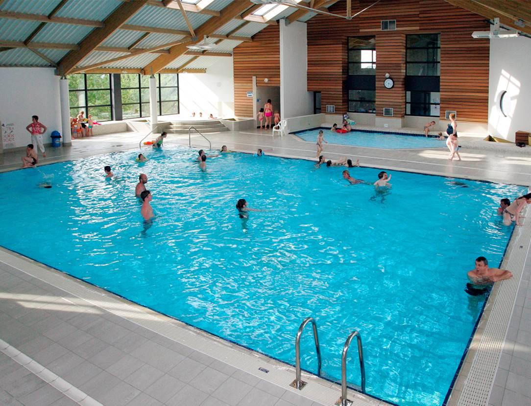 Une grande piscine couverte chauffée
