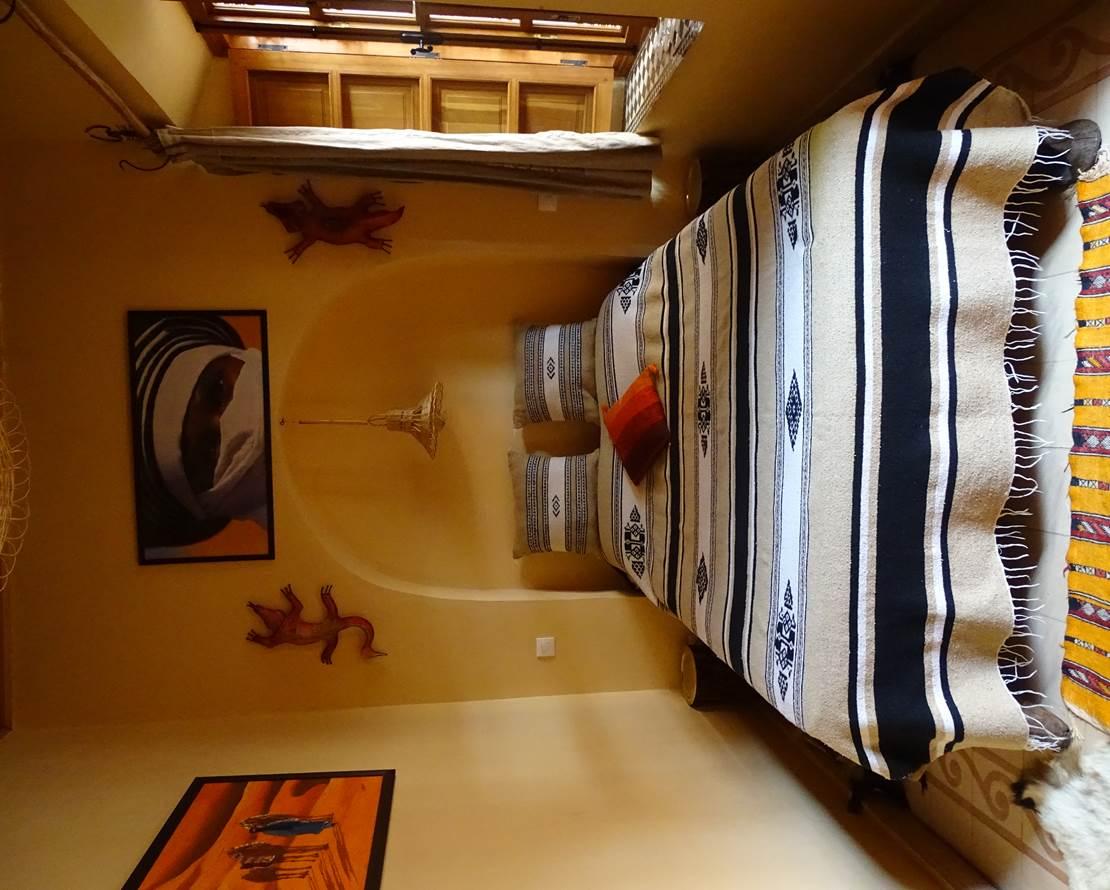 chambre ZAGORA, lit double Touareg, decor rappelant le desert