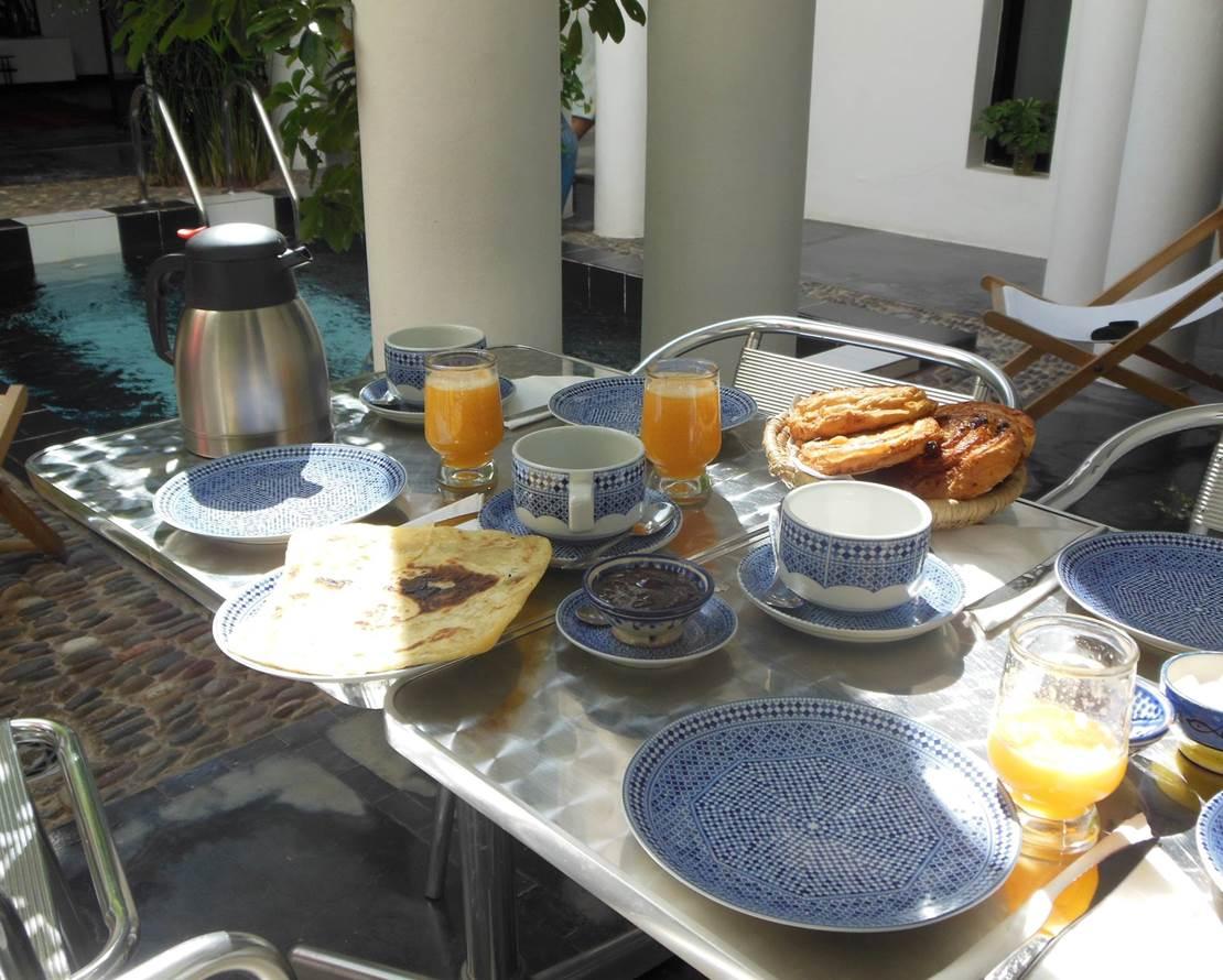Petit-déjeuner piscine