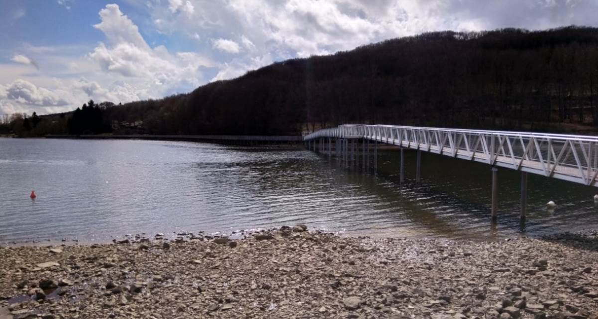 Passerelle sur le chemin autour du lac