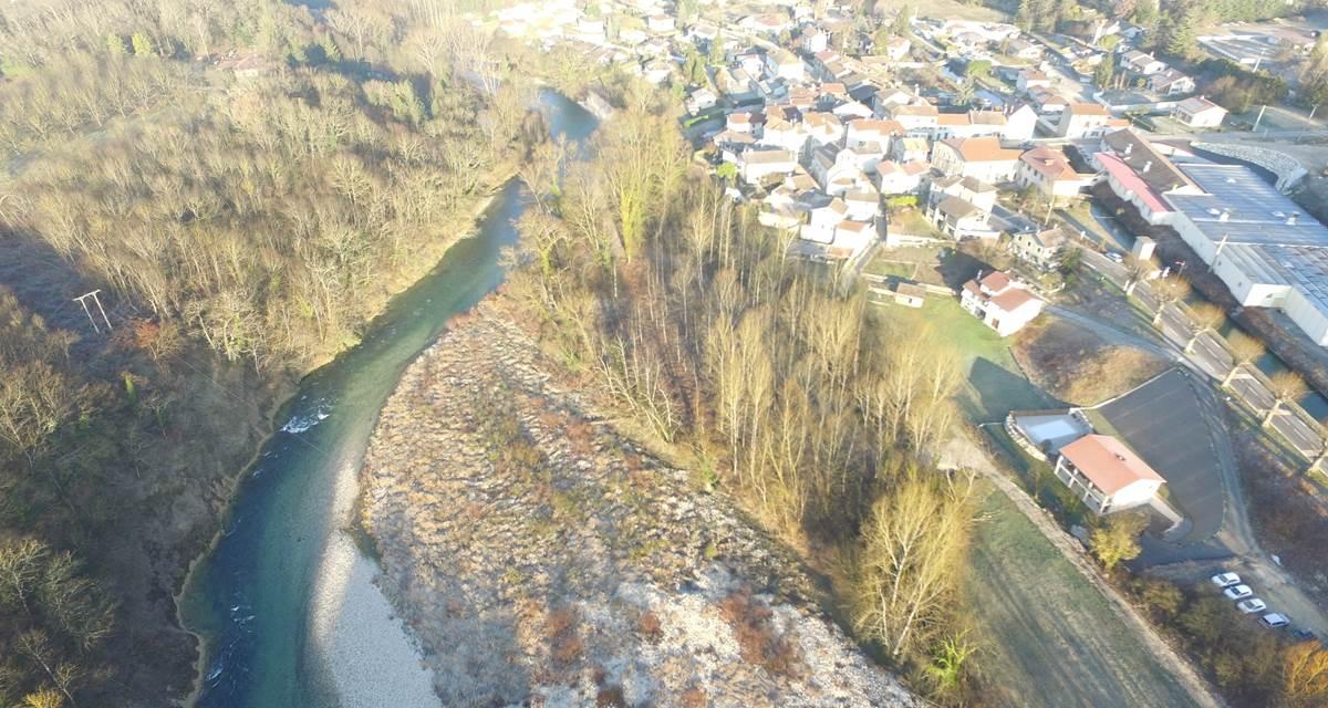 vue aérienne le mas de servant au  premier plan et le village d'auberives