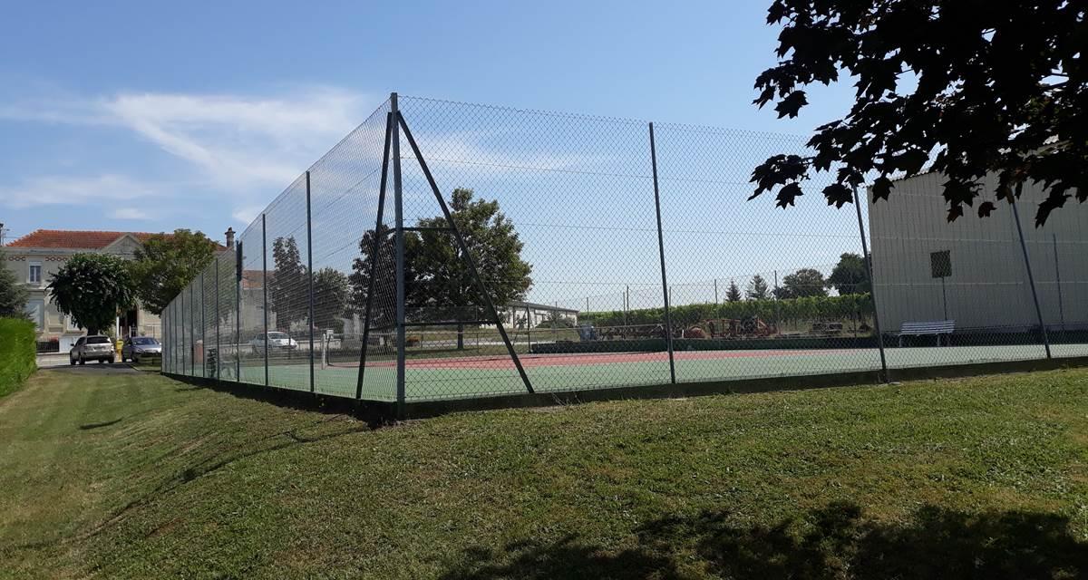Court de tennis municipal, gratuit à 50m de la maison
