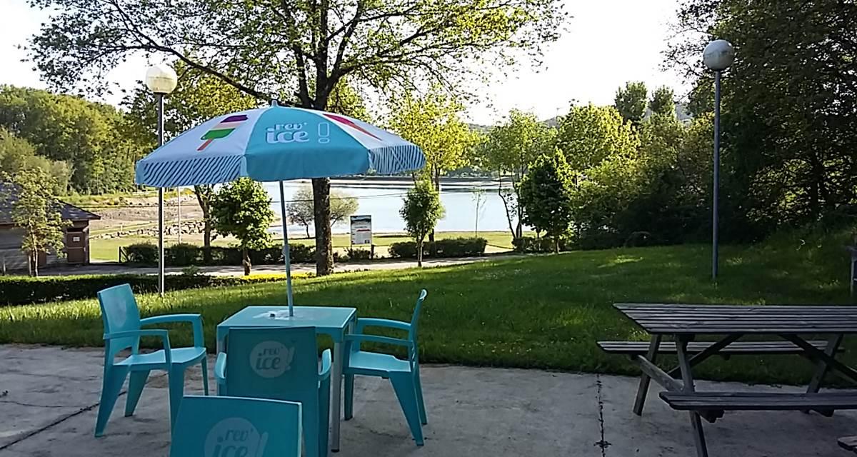 Vue sur lac à partir de la terrasse du bar-brasserie-snack-glacier