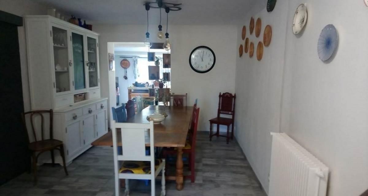 La salle à manger où sont servis petits déjeuners et dîners
