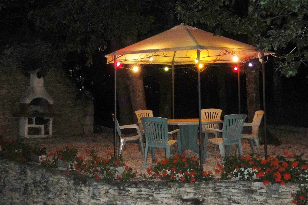 gazebo barbecue night feuillantines b&b dordogne