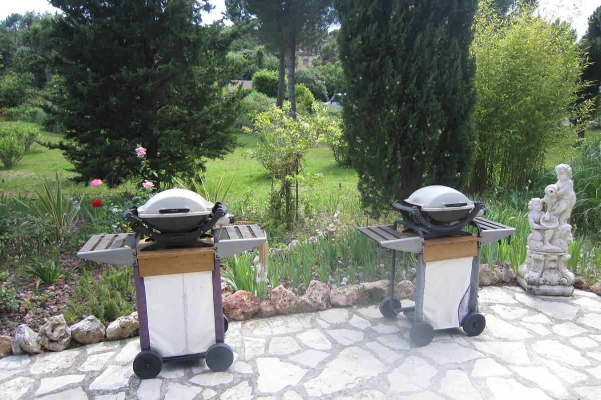 à disposition à la la villa les hespérides barbecues à gaz Weber