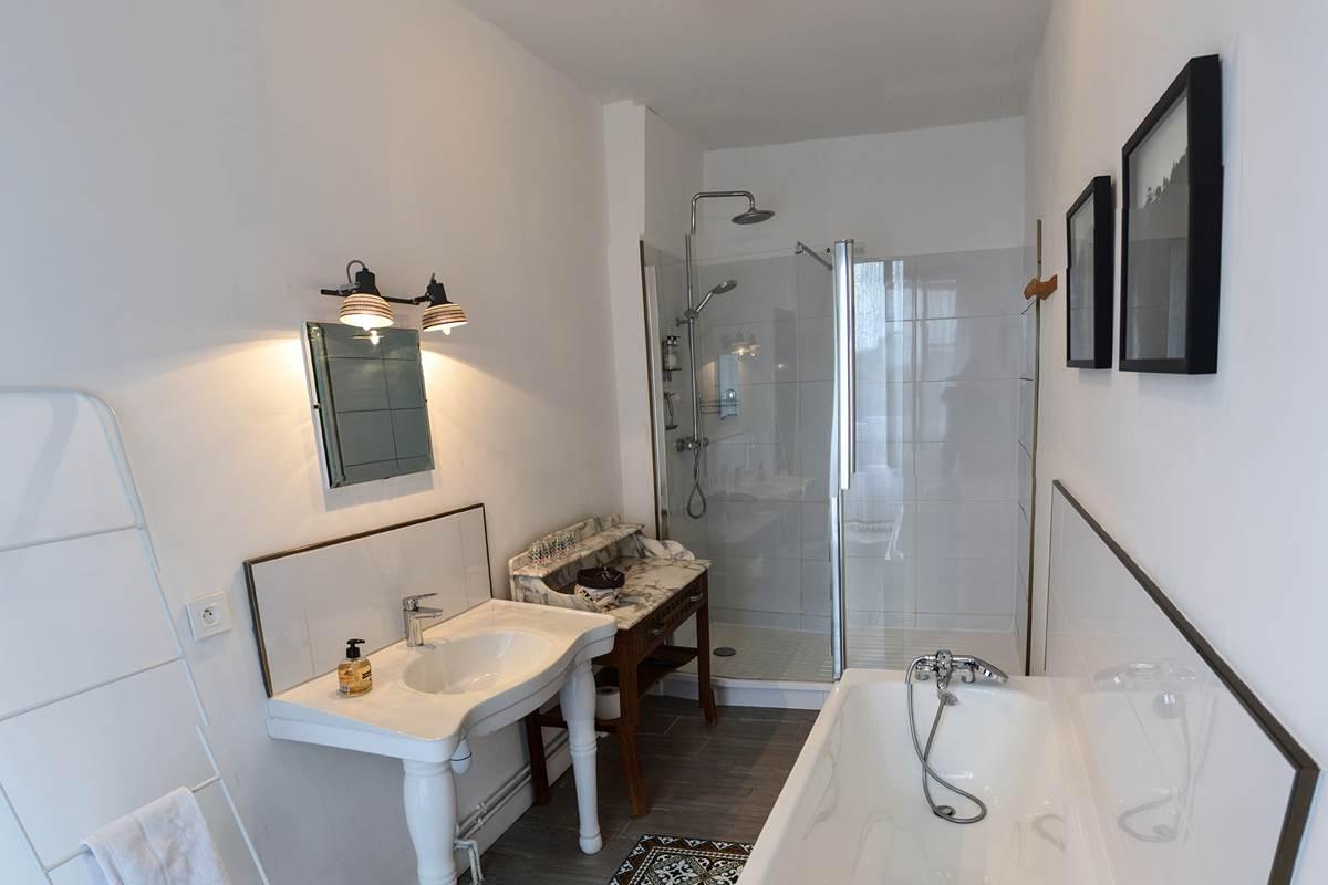 Maison Volière - salle de bains chambre toucan