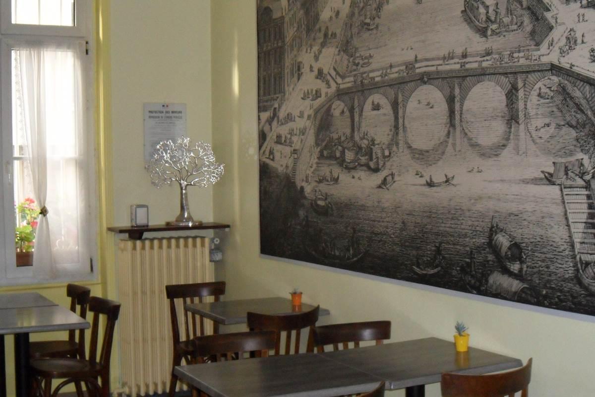 Salle des petits déjeuners hôtel 2 étoiles