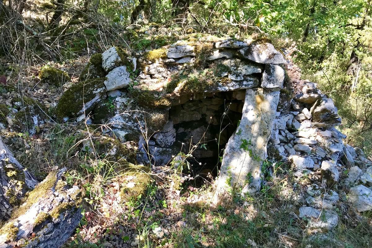 Borie en ruine lors d'une randonnée à proximité de la maison