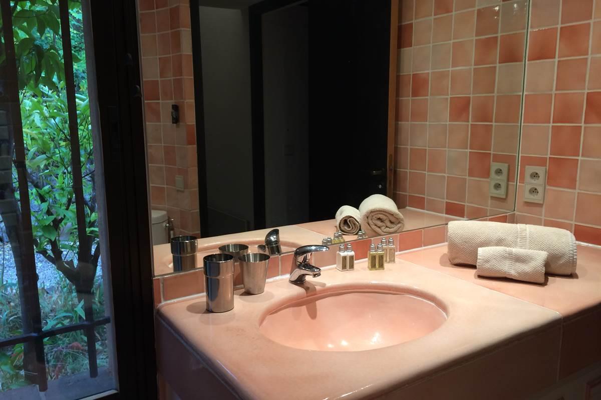 la salle de bains de la chambre à l'étage et les produits d'accueil L'Occitane