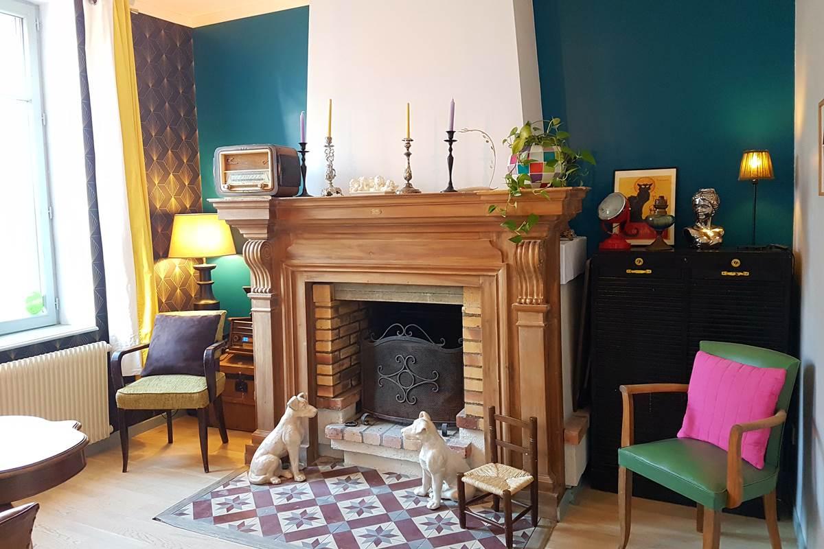 Une salle commune chaleureuse aux décors soignés