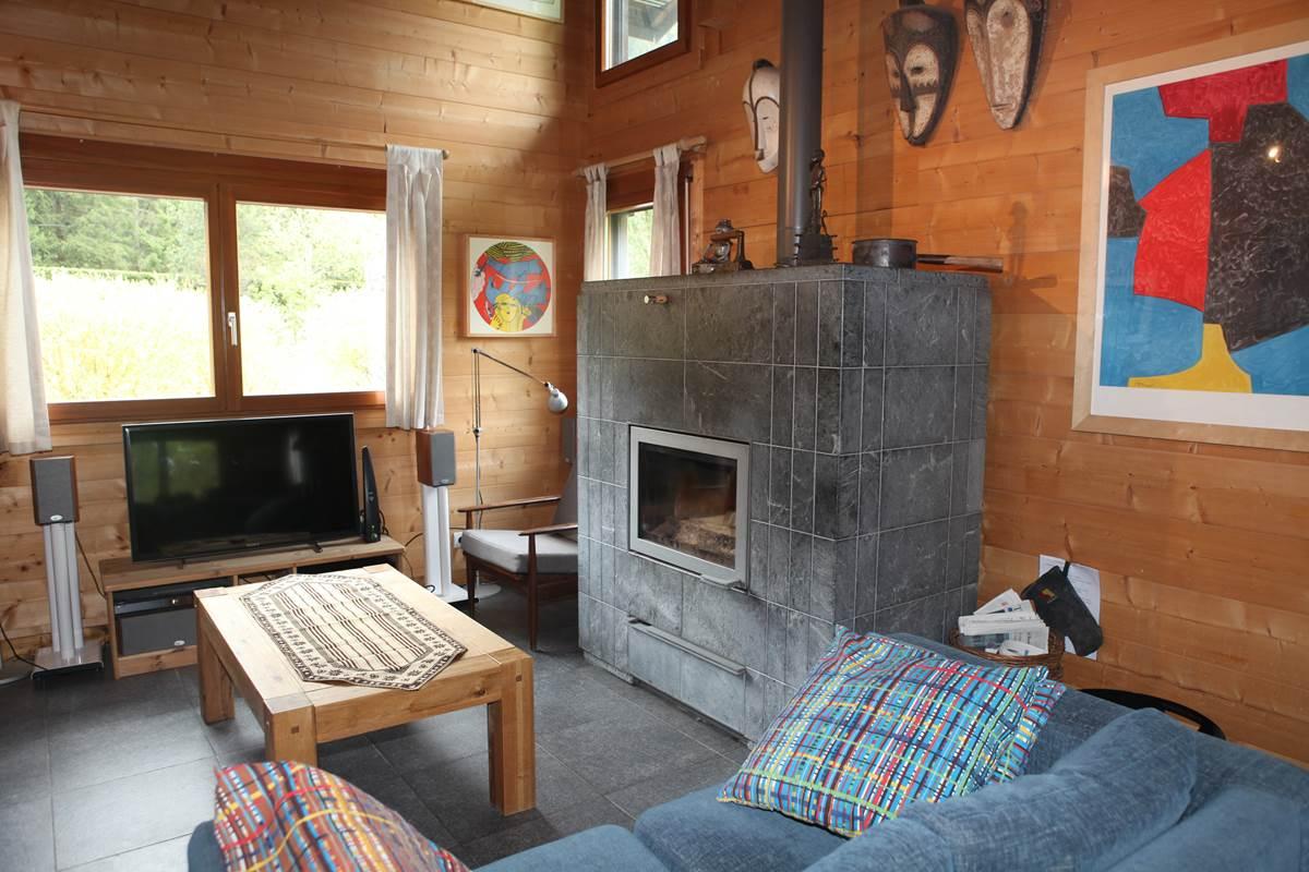 Séjour avec le poêle-cheminée de masse Tulikivi de plus de 2 tonnes