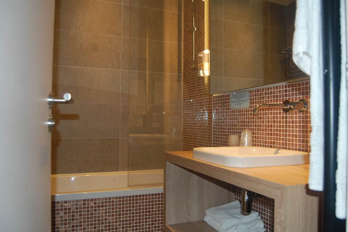 Salle de bain baignoire suite hôtel Jean Bart 2 étoiles paris 6 rive gauche
