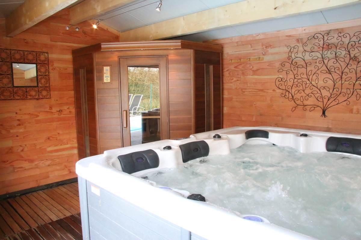 Jacuzzi 5 personnes et sauna infra-rouge 4 personnes dans le cabanon