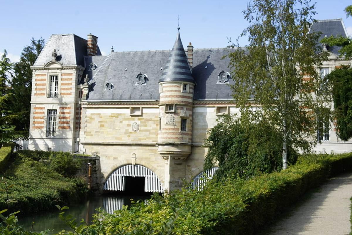 1200px-Chateau_du_marché_2997