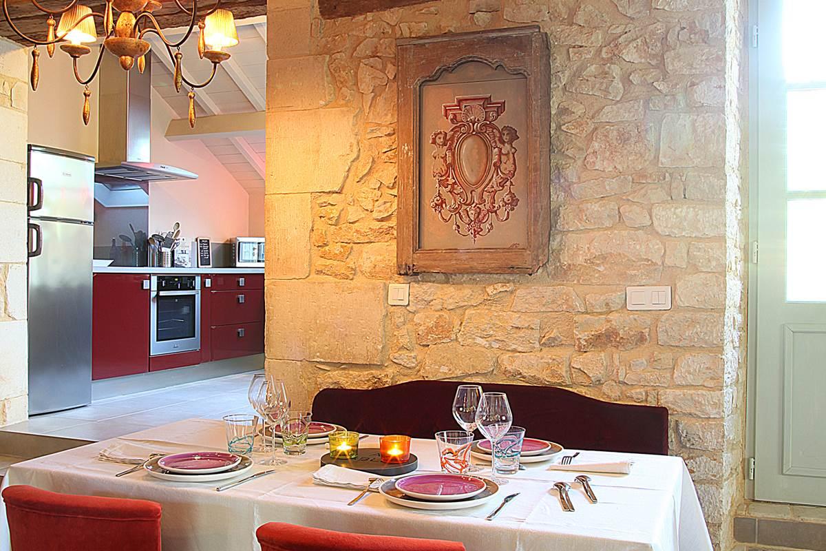 Salle à manger élégante avec ses sièges en velours confortables Chez Colette et Mimi