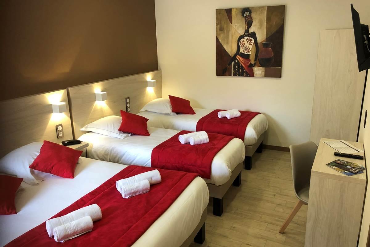 Chambre quadruple Patio, 1 grand lit et 2 petits lits, salle d'eau et wc séparés, Boulazac, Périgueux