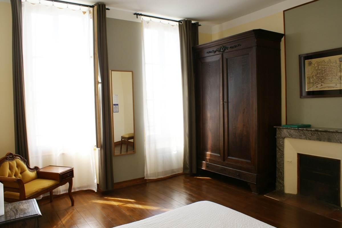 chambre 5 - la cheminée et l'armoire