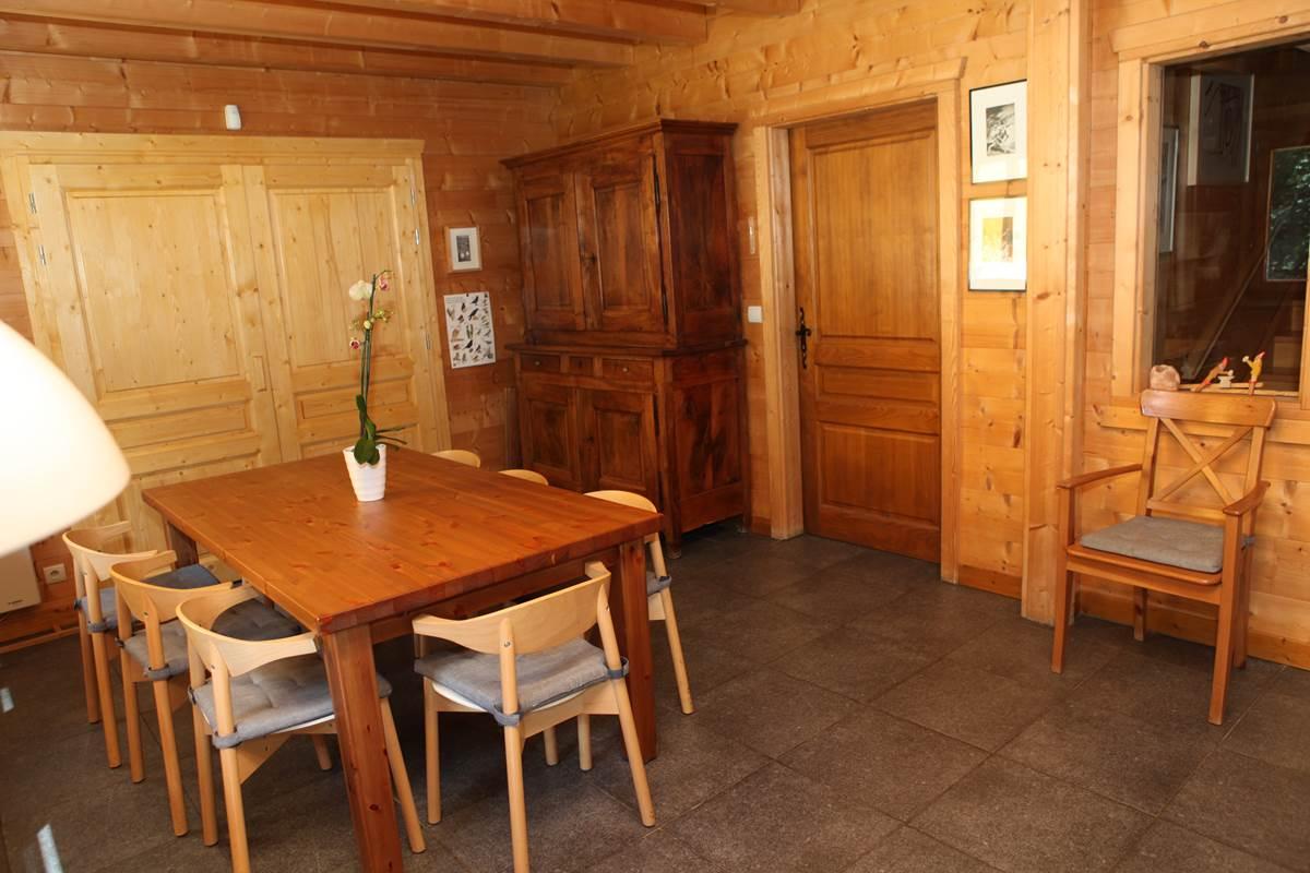 Salle à manger au premier niveau, vers la cuisine et la terrasse