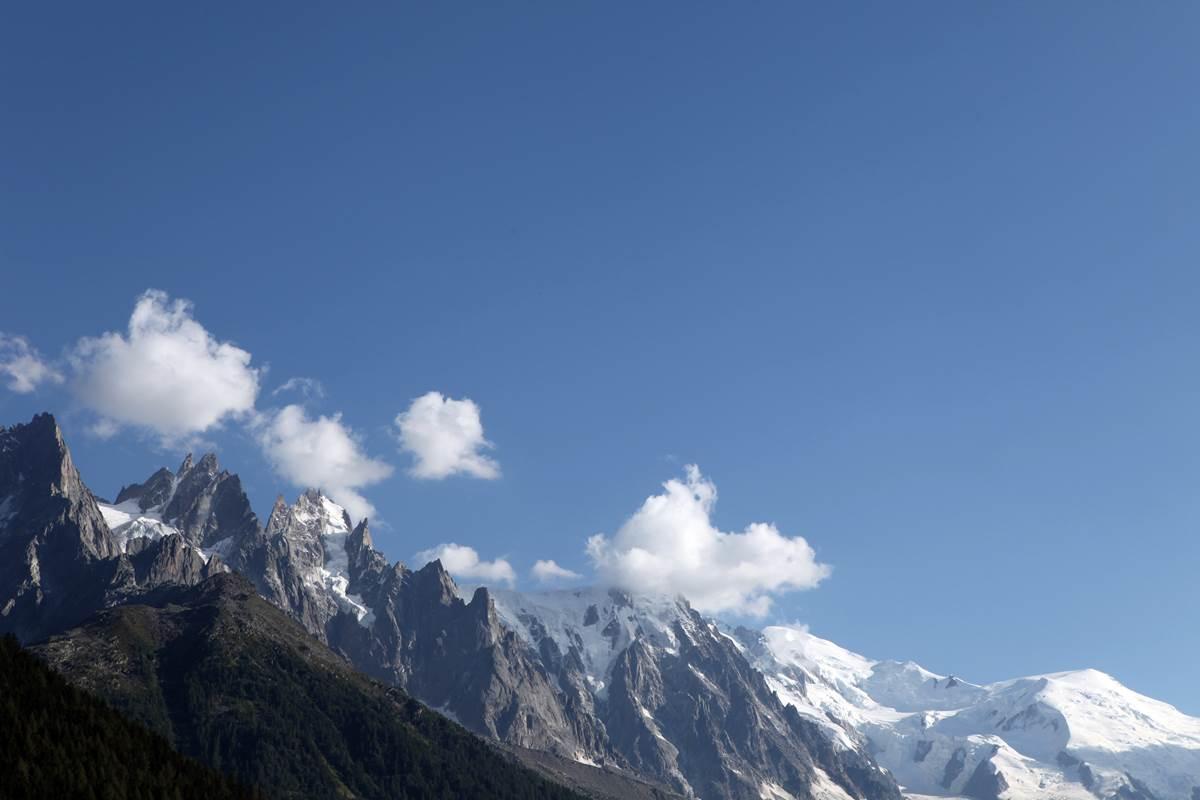 Les Aiguilles de Chamonix, au fond le dôme du Goûter et le mont Blanc