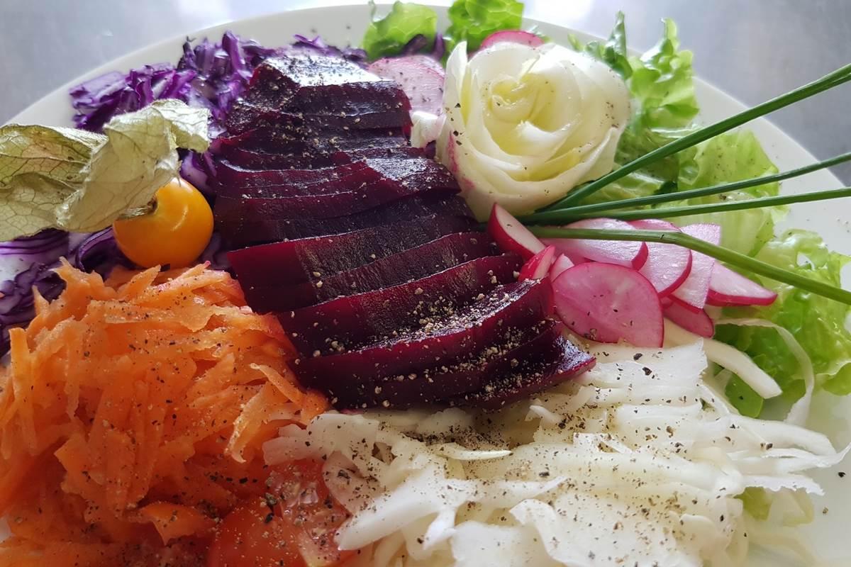 assiette de crudités de saison Fondue Pelaude Restaurant Le Ranch des Lacs