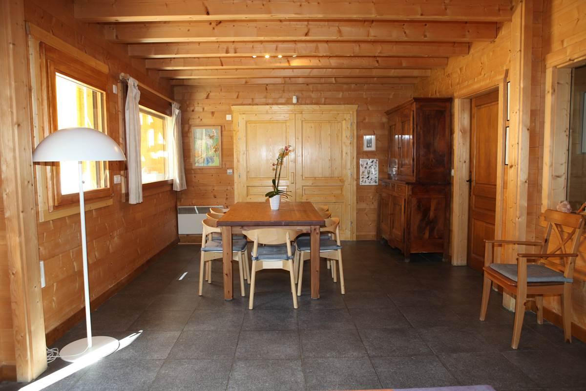 Salle à manger au premier niveau, fenêtres Sud (bois du Bouchet)