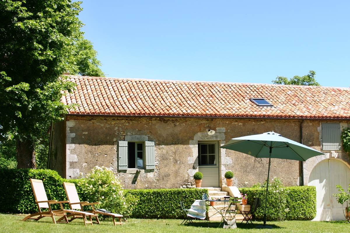 La façade de la Cuisine d'Alice et son jardin privatif avec mobilier de jardin