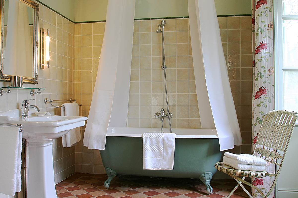 Salle de bain attenante luxueuse et lumineuse au charme rétro
