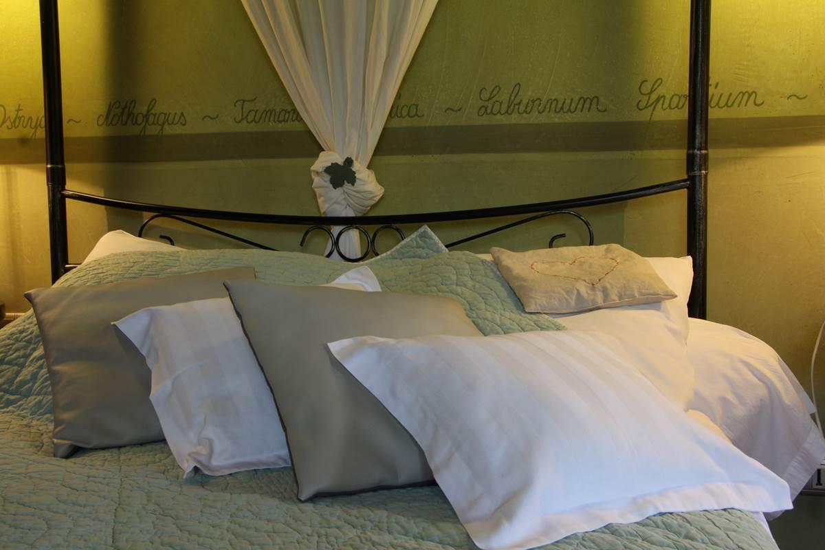 détail du lit a baldaquin avec la frise en mot latin