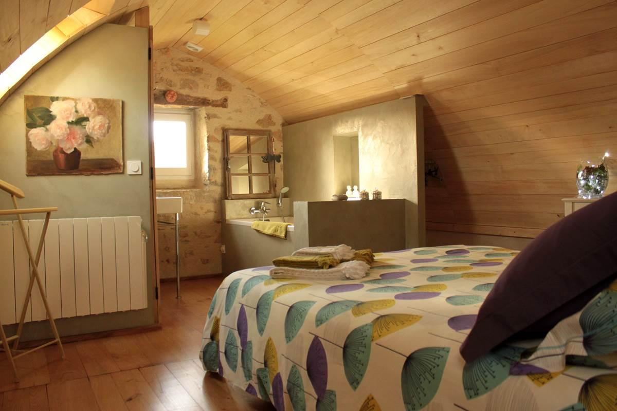 Chambre voûtée de la suite ma chère Edmée, ouverte sur la salle de bain, domaine Le Broual, chambres d'hôtes de charme dans le Lot