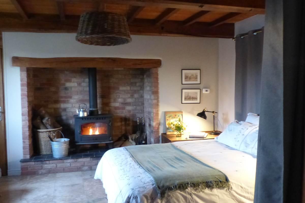 chambre cosy avec feu de bois