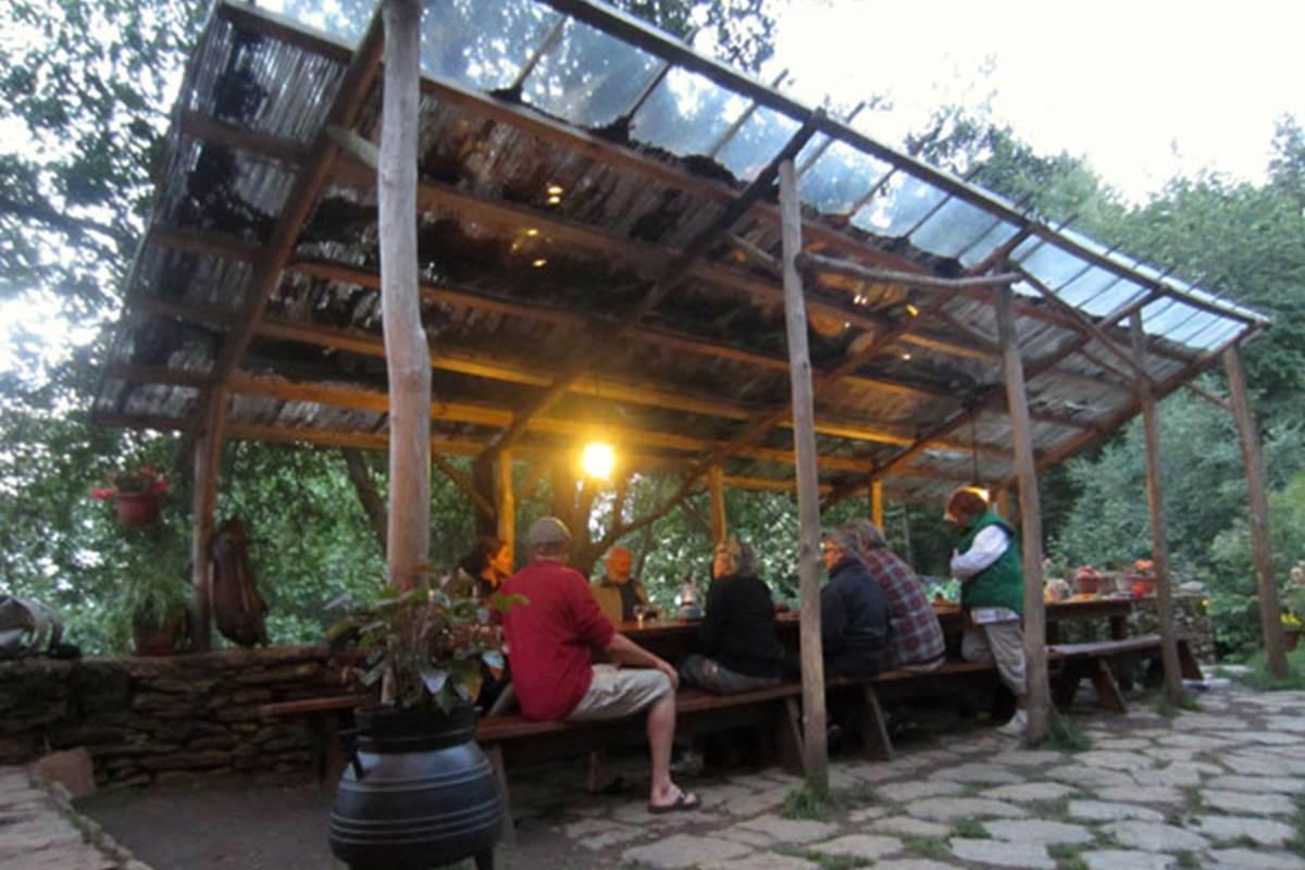 asinerie-badjane-hebergements-table-paysanne-terrasse-en-soiree