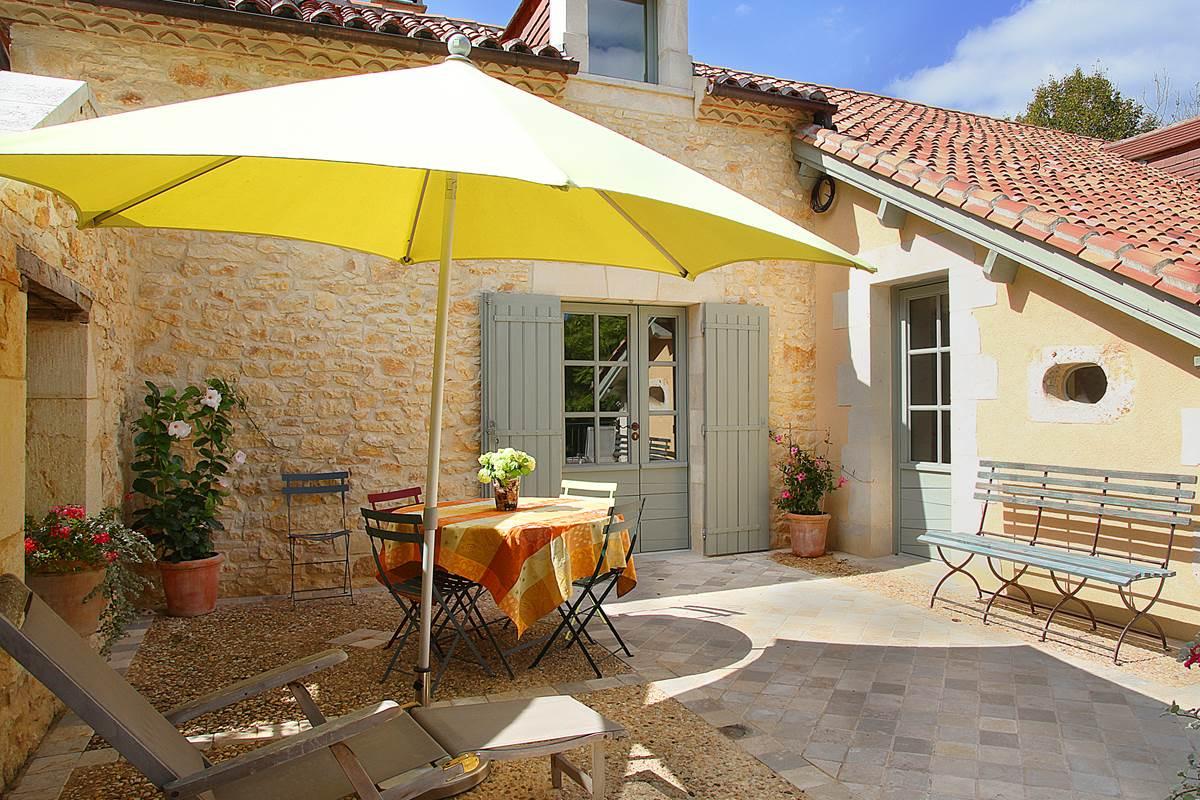 Terrasse-patio privée orientée sud et est, baignée de soleil et ombragée