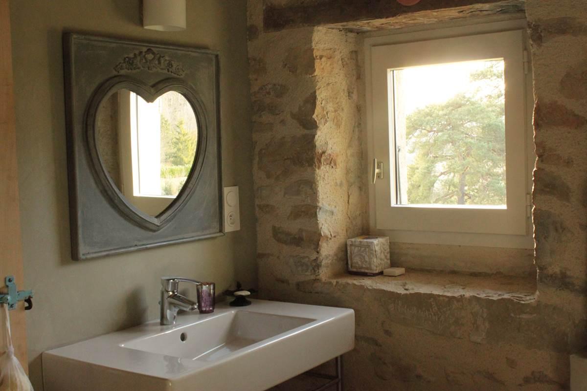 Détail salle de bain, suite Ma chère Edmée, Domaine Le Broual, chambres d'hôtes de charme dans le Lot
