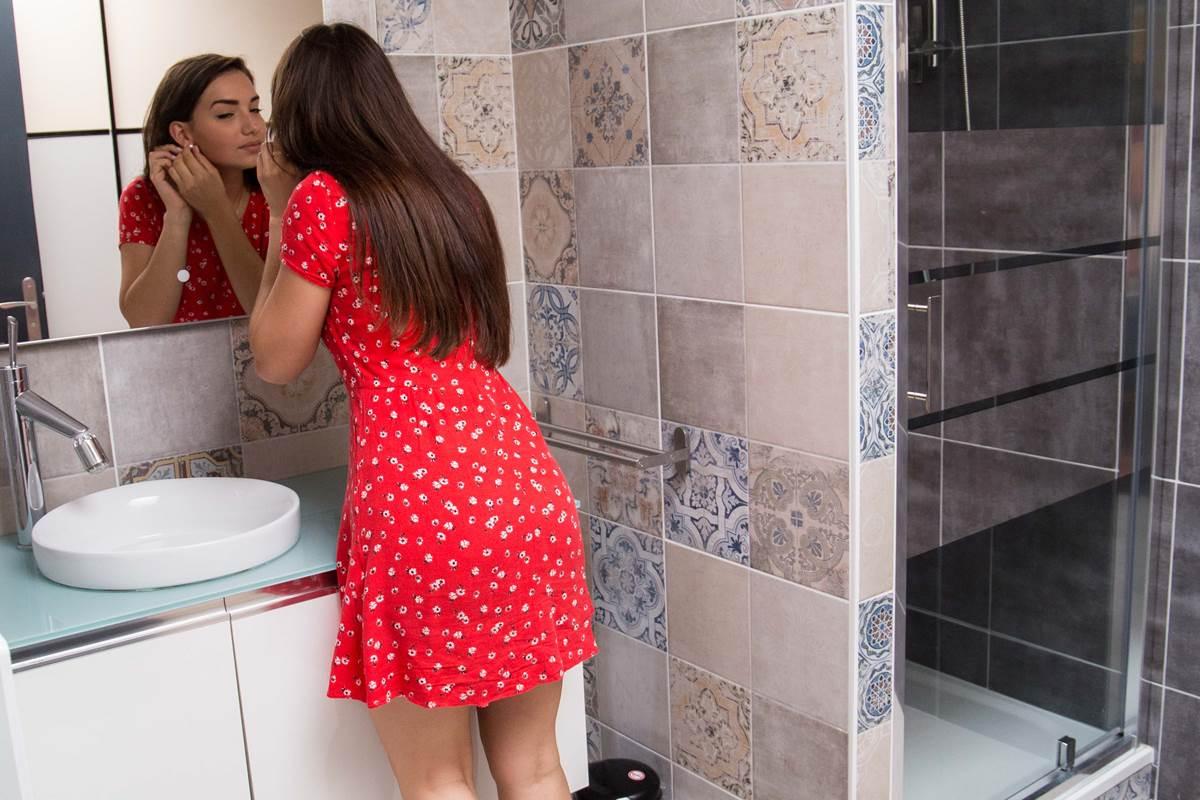 Salle d'eau avec douche et placard.