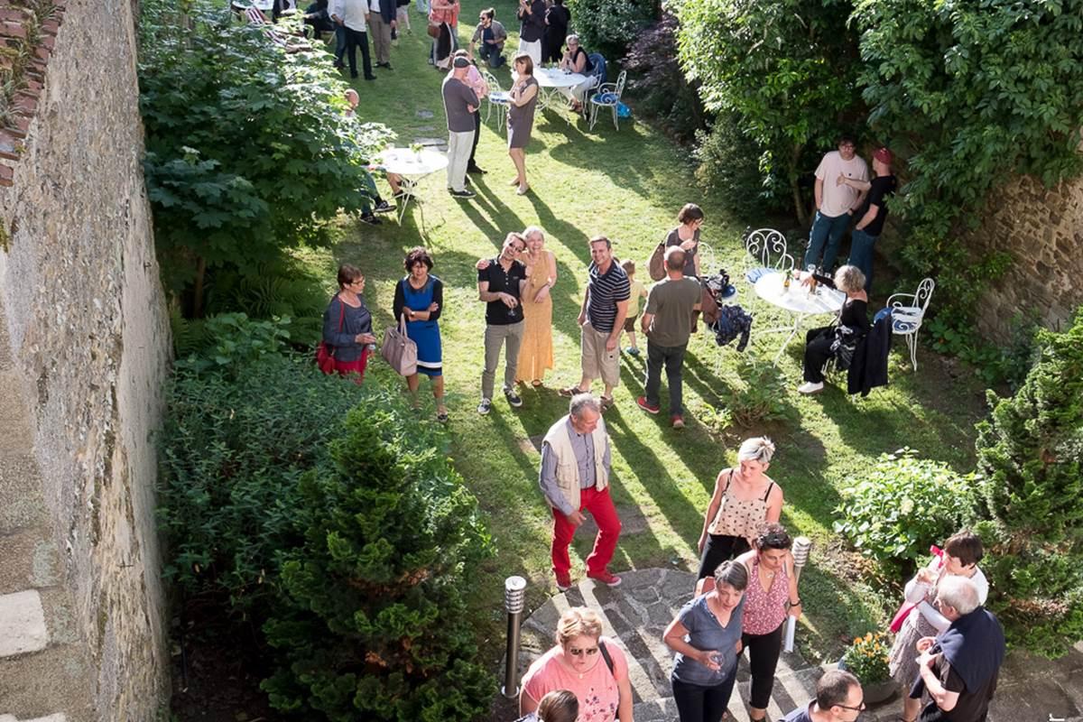 Apéritif dans le jardin du Jardin des Lys