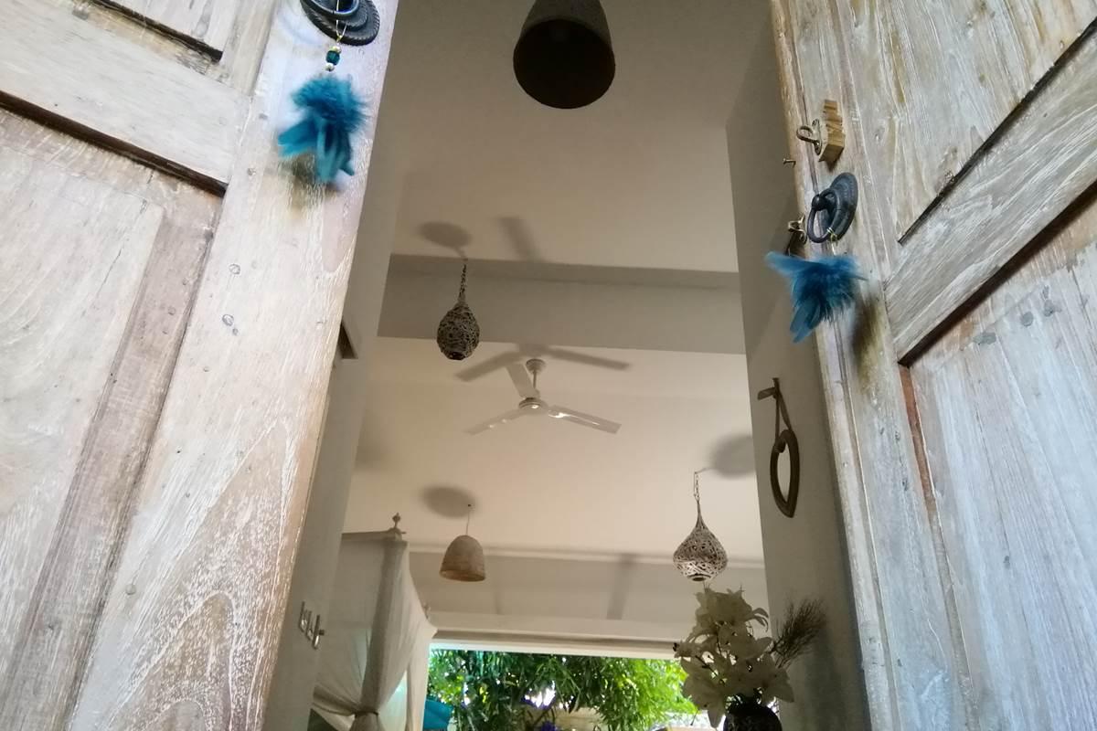 Porte d'entrée de la Suite Romantique by chambre et table d'hôtes Jardin de Ravintsara à l'Ile de la Réunion