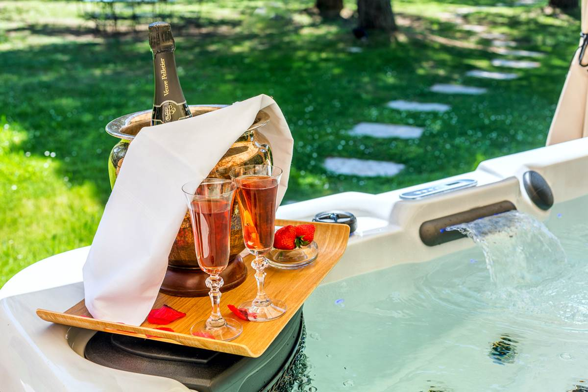Champagne et ses flutes dans votre jacuzzi