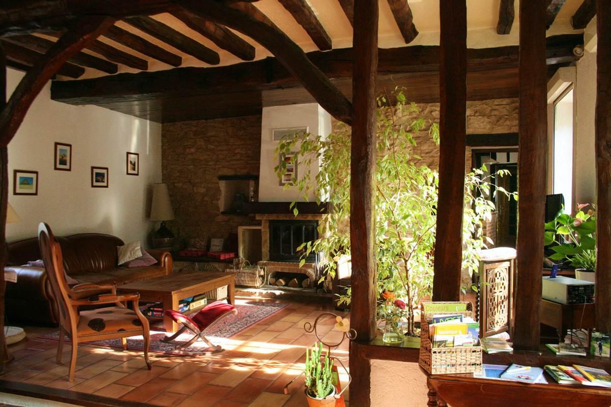 Le salon et sa cheminée à votre disposition