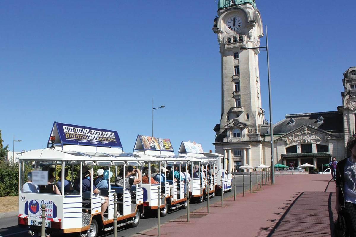 Petit train de Limoges devant la gare de Limoges