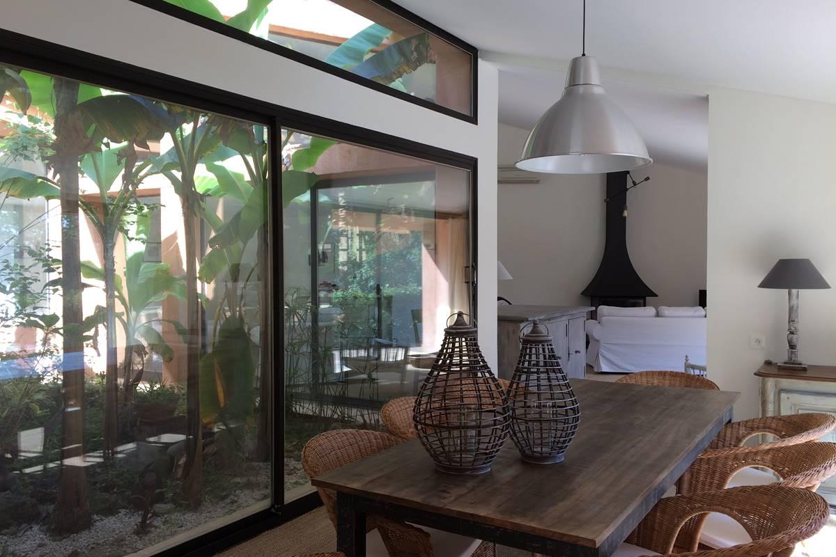 la salle à manger et le patio