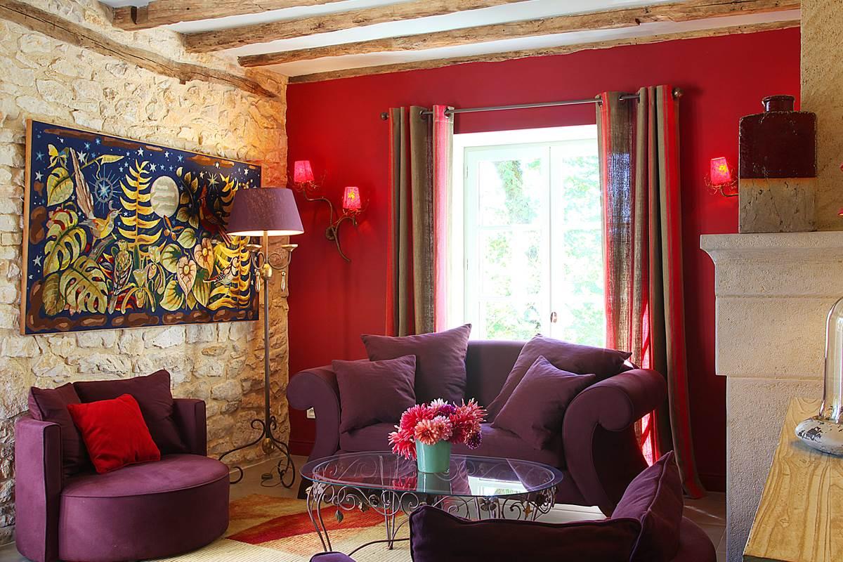 Salon cosy et lumineux, fenêtres ouvrant sur la terrasse et sur les jardins
